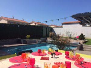 Repas d'été au bord de la piscine
